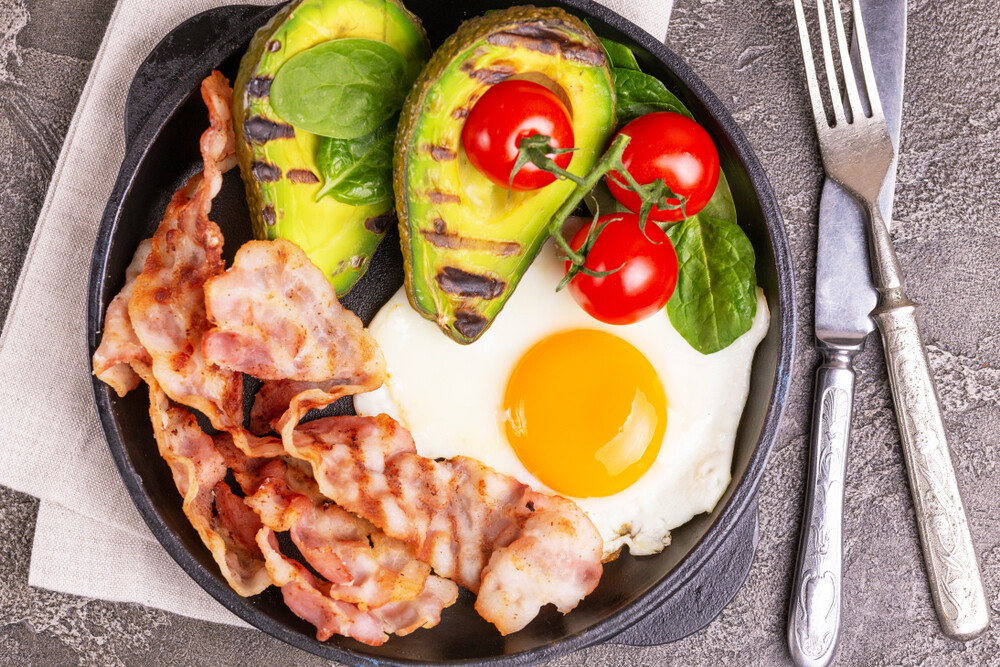 Grilled,bacon,and,avocado,,fried,eggs,with,spinach,and,cherry